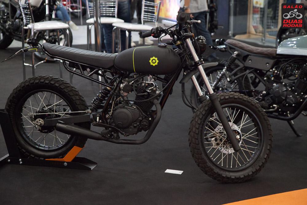 Modelo de moto customizada preta em exposição no Salão Duas Rodas 2017