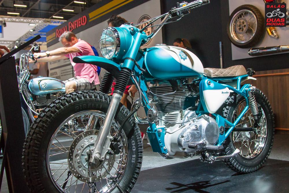 Foto de moto customizada de cor azul em exposição no Salão Duas Rodas 2017.