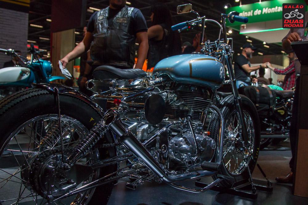 Foto que mostra modelo de moto customizada durante o Salão Duas Rodas 2017.