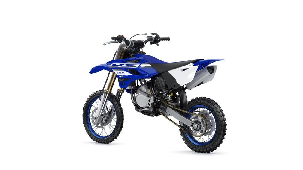Moto de competição off road azul da Yamaha. Modelo YZ 85 vista pela parte de trás.