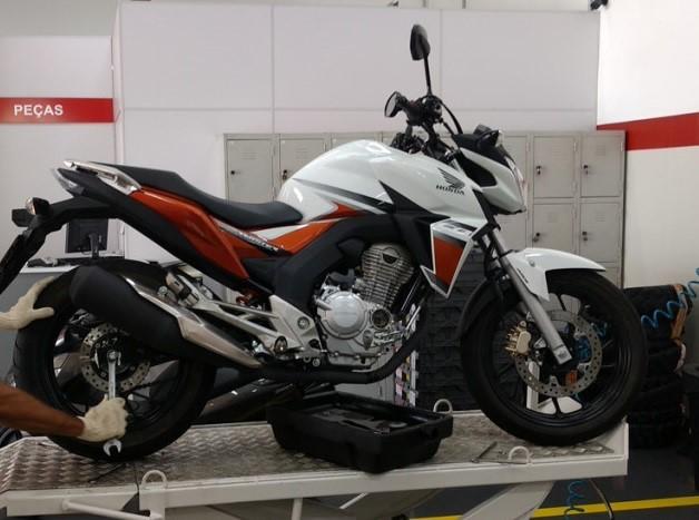 Revisão de moto não é só troca de óleo e filtro. Verifique itens como cabos, vela, caixa de direção e freios